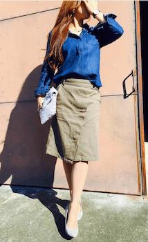ラップ風スカート×青色シャツ×ハイヒール