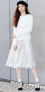白のメタリックスカートはワントーンでガーリーコーデ