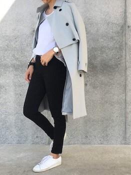 グレーのトレンチコート×白Tシャツ×黒デニムパンツ