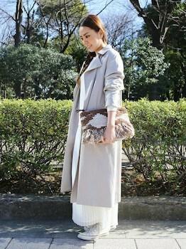 グレーのトレンチコート×白ニット×プリーツスカート