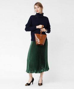 シックなメタリックスカートはスマートなレディースコーデ