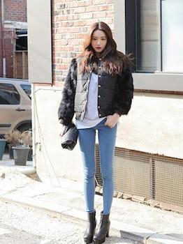 黒色のダウンジャケット(ショート丈)×白Tシャツ×デニムレギパン