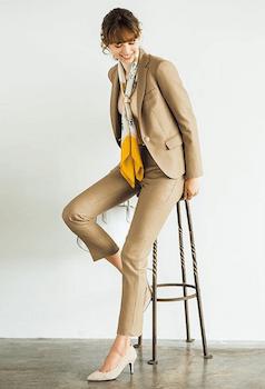 2ベージュのパンツスタイルの入学式のレディースのスーツ