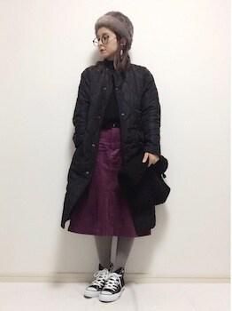 メタリックコート×黒リブニット×コーデュロイスカート