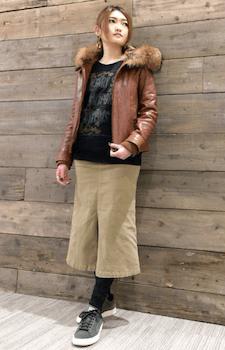 ブラウンのレザージャケット×トレーナー×ロングスカートスカート