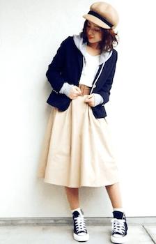 テーラードジャケットとパーカーの重ね着のコツ3:ファッション小物を使う