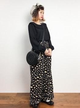 黒のブラウス×花柄ワイドパンツ×ショルダーバッグ