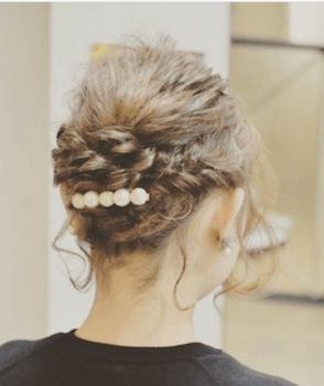 入学式でスーツに合うレディースの編み込みアップ&パールバレッタの髪型
