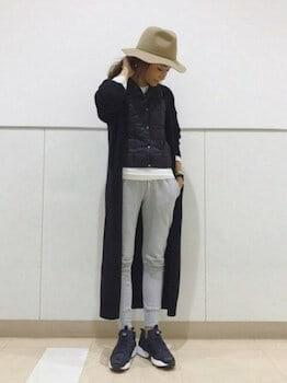 黒のカーディガン×黒シャツ×スゥエットパンツ