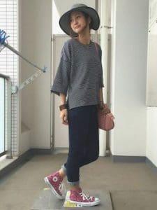 ピンクのスニーカー×ボーダーTシャツ×ジーンズ