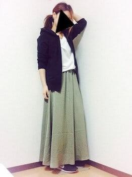 黒のパーカー×白Tシャツ×マキシスカート