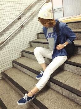 ネイビーのスニーカー×デニムシャツ×白デニムパンツ