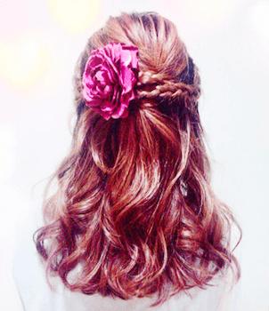 卒業式でスーツに合うセミロングの三つ編み花飾りの髪型