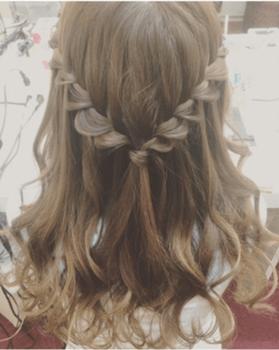 入学式でスーツに合うレディースのネジリ編み崩しハーフアップの髪型