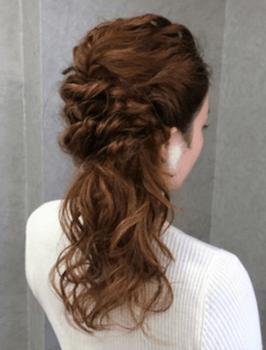 入学式でスーツに合うレディースのユル巻き編み込みハーフアップの髪型