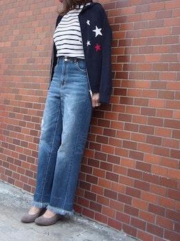 ネイビーのパーカー×ボーダーTシャツ×ワイドデニムパンツ