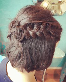 入学式でスーツに合うレディースの三つ編みクラウンハーフの髪型