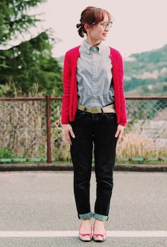 赤のカーディガン×カラーシャツ×デニムパンツ