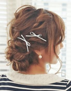 入学式でスーツに合うレディースの編み込むリボンピンの髪型