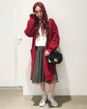赤のカーディガン×白ブラウス×フレアスカート