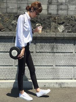 白ブラウス×黒デニムパンツ×スニーカー