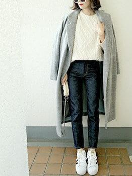 チェスターコート×ケーブル編みセーター×デニムパンツ