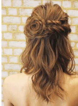 入学式でスーツに合うレディースの三つ編みフラワーハーフアップの髪型