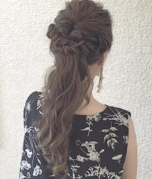 卒業式でスーツに合うレディースのロングのねじり編みこむハーフアップの髪型