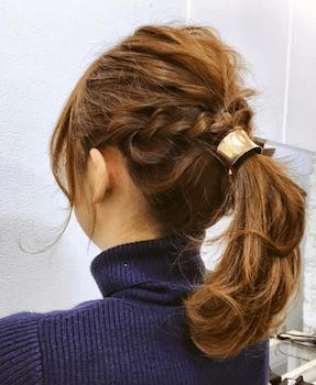 入学式でスーツに合うレディースの三つ編みポニーテールの髪型