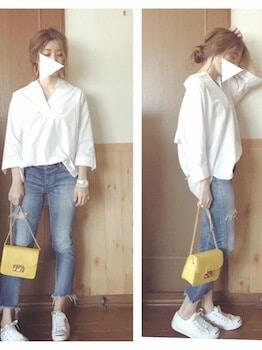 白シャツ×ジーンズ×白のスニーカー