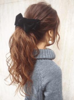 入学式でスーツに合うロングの髪型でビックリボンの緩ポニーテールの髪型