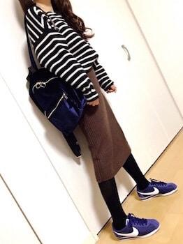 ネイビーのスニーカー×ボーダーTシャツ×リブニットスカート