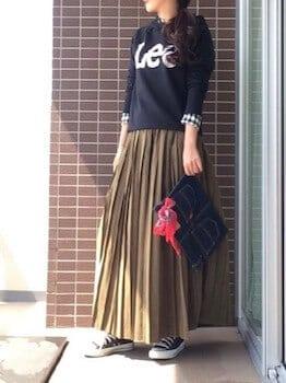 黒のパーカー×ギンガムチェックシャツ×ロングプリーツスカート