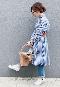 ロングシャツ×ジーンズ×スニーカーの春服コーデ