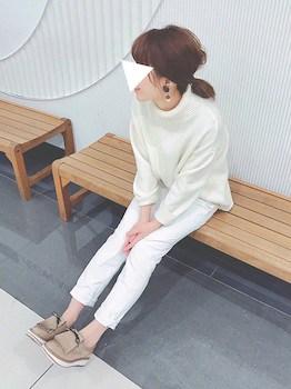 ニットセーター×白デニムパンツ×フラットシューズの春服コーデ
