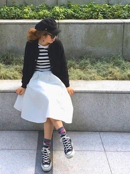 黒シャツ×フレアスカート×靴下