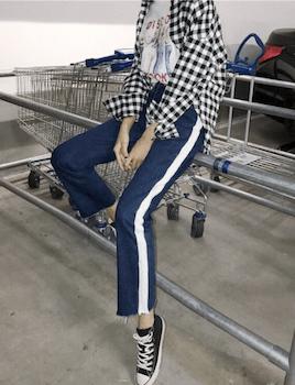 デザインデニム×チェック柄のシャツ×キャンバススニーカー