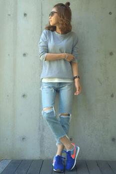 ナイキのスニーカー×UネックTシャツ×ダメージジーンズ