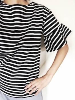 フリル袖がおしゃれでかわいいボートネックTシャツ