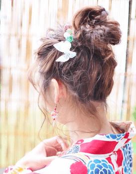 2浴衣に合うレディースの三つ編み団子のセミロングの髪型