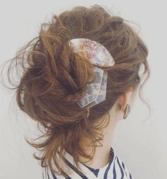 ヘアアクセサリーを使ったふわゆるアップの髪型