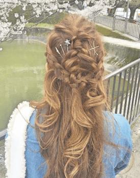 ヘアアクセサリーを使ったダブル三つ編みハーフアップの髪型
