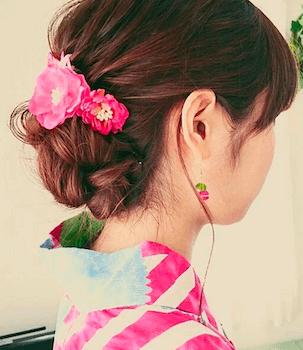 14浴衣に合うレディースの椿花飾り&ねじりアップのセミロングの髪型