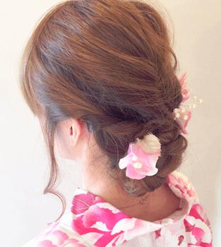 12浴衣に合うレディースの三つ編みお団子のセミロングの髪型