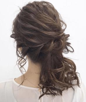 結婚式で人気のミディアムのサイドハーフアップカールの髪型