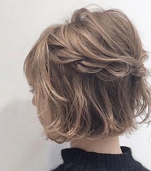 結婚式で人気のショートのウェーブハーフアップの髪型