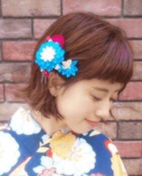 9浴衣に合うレディースの前髪パッツン&花飾りのボブの髪型