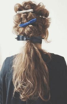 ヘアアクセサリーを使ったトップ編み込みポニーテールの髪型