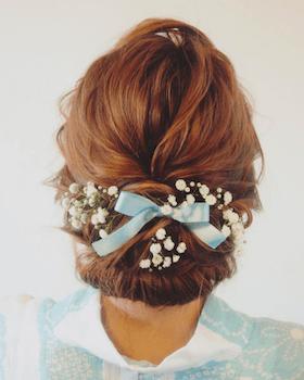 2浴衣に合うレディースの花飾り&アップのロングの髪型