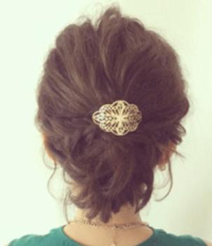 結婚式で人気のショートの中央バレッタ留めの髪型<